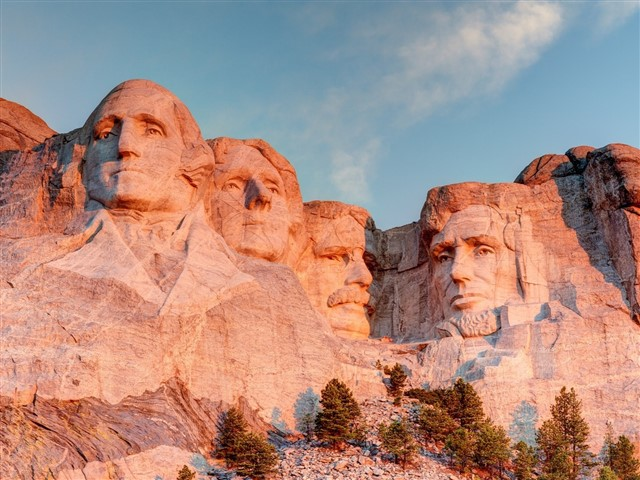 Perhaps the most unmistakably American landmark is Mount Rushmore, a national memorial located in South Dakota, USA. Constructed in the early 20th century, Mount Rushmore depicts the faces of four former American presidents, each of which is carved and blasted from the side of a rock face. Visitors can admire the larger-than-life faces of Thomas Jefferson, George Washington, Abraham Lincoln and Theodore Roosevelt. The short Presidential Trail at the base of Mount Rushmore provides better views and an interesting perspective on the landmark.