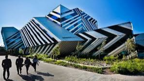 Monash University is located in Melbourne and was founded in 1958. The university is very present outside Australia, operating a Malaysia campus as well as international centers in Italy, India and China.