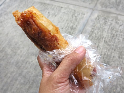 This is a classic Filipino favorite, made by enclosing slices of saba banana and jackfruit in egg roll wrappers and deep frying them along with a generous coating of brown sugar.