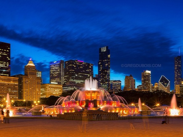The Buckingham Fountain is a major tourist attraction located in Chicago, USA; it was inaugurated in 1927, for a construction cost of $ 750,000. What's more, this is one of the largest fountains in the world and it's inspired by the Latona fountain in Paris; its style is rococo (similar to a wedding cake) and it was built with pink marble from Georgia. It's also renowned for its great water and lighting shows; and also for its four statues of sea horses, symbolizing the four states surrounding Lake Michigan: Wisconsin, Michigan, Indiana and Illinois.