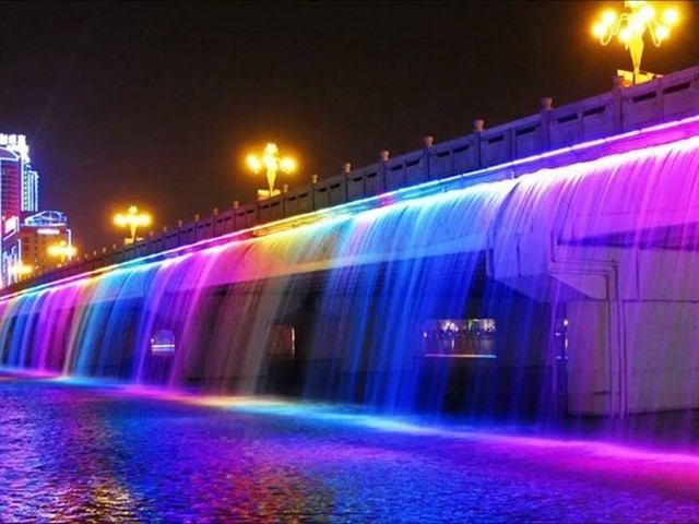 This spectacular fountain located in Seoul is also the world's longest bridge fountain that set to Guinness World Record with nearly 10,000 LED nozzles! Besides, it has almost 1,140 m in length and pumps almost 190 tons of water per minute, all directly from the river and recycled continuously. Finally, its construction price in 2009 was approximately $ 20 million.